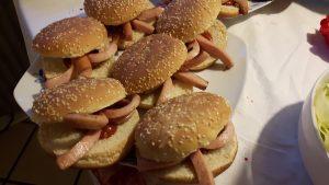 Burgerboller med Barbequesovs og blækspruttepølser er lidt andet til festen.